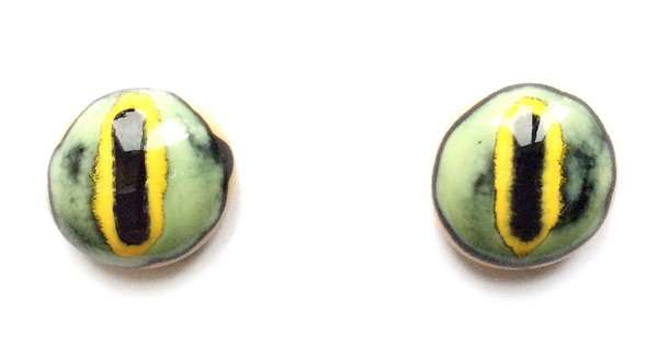 Light green on brown. 16 mm