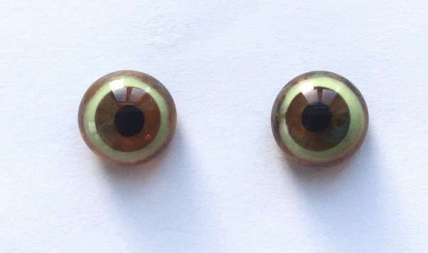 Brown whit beiges turquoise spot. 12 mm.