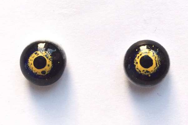 Blue-yellow-white. 11 mm.
