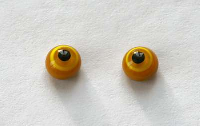Yellow on light brown. 8 mm